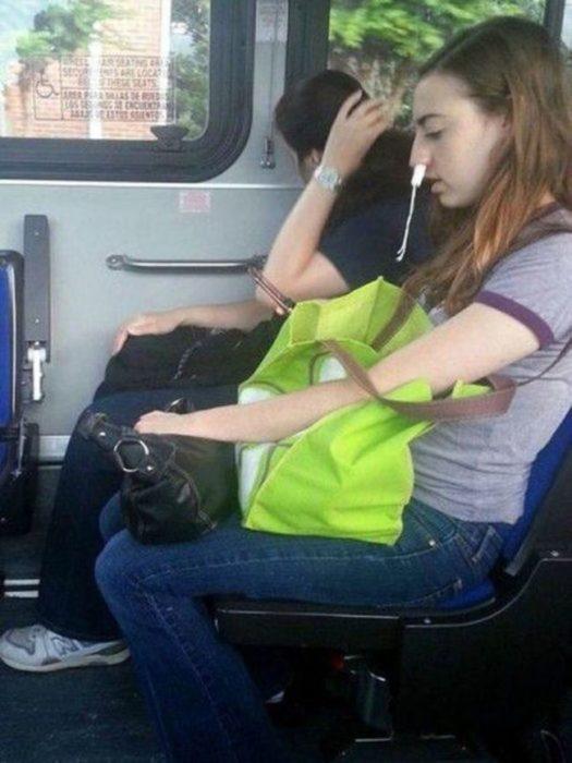 chica usando tampones de manera equivocada