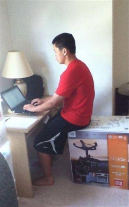 chico sentado en la caja de la silla