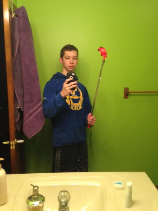 chico tomando selfie con su stick de manera incorrecta