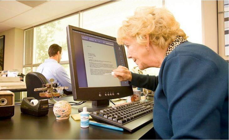 Persona senil corrigiendo documentos con corrector líquido