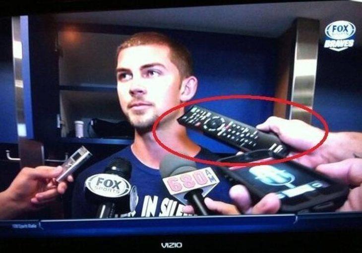 reportero usa control remoto en vez de su grabadora