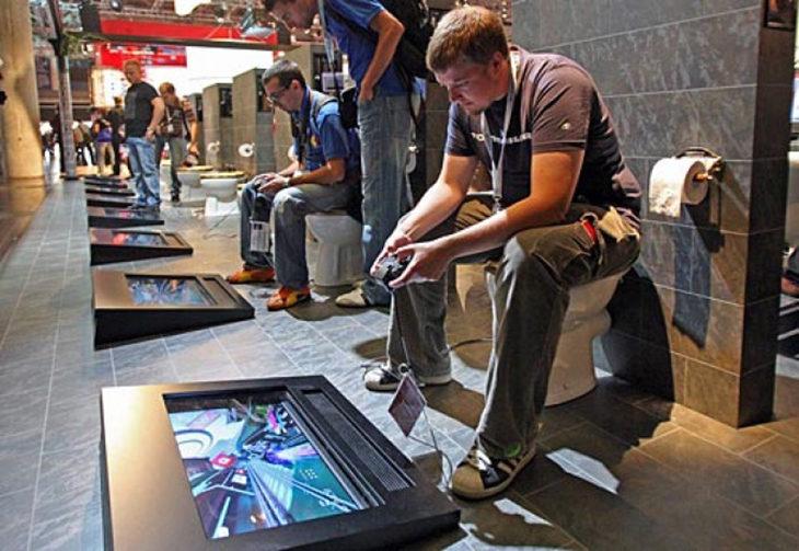 jóvenes jugando videojuegos en retrete