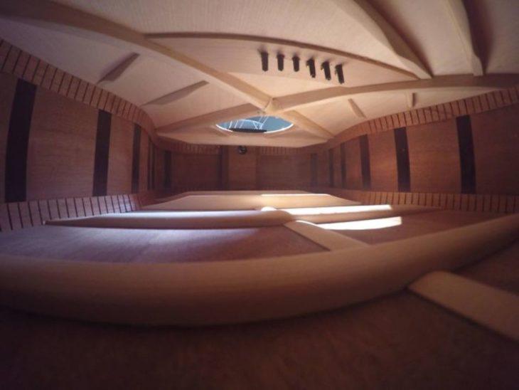 Interior de guitarra que parece ser una casa de lujo
