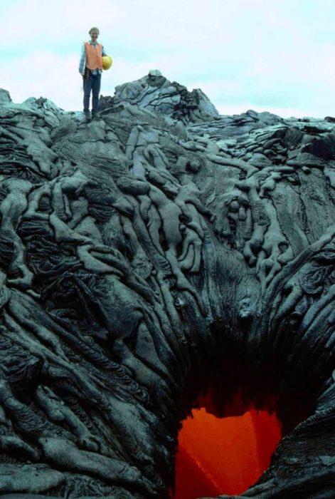 lava fría que simulan personas saliendo de un hoyo de lava