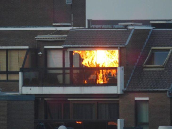 reflejo del atardecer parece que es departamento en fuego