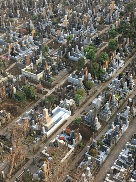 Cementerio visto desde la ventana de un hotel parece ser una ciudad