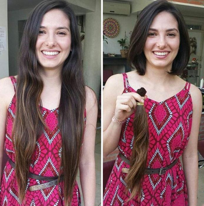Mujer con cabello muy largo se lo corta