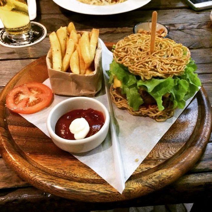 hamburguesa con espagueti en lugar de pan