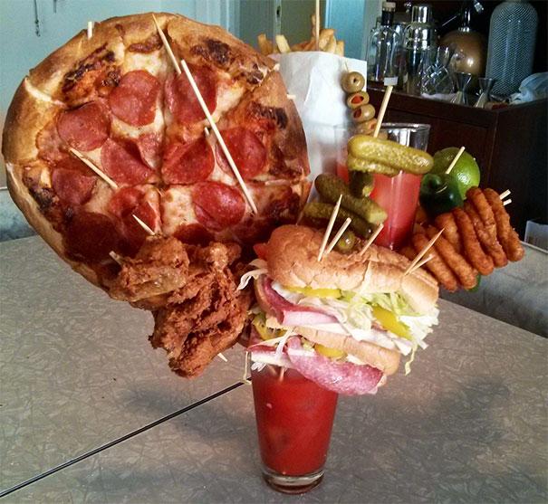 vaso con pizza y torta y otras cosas