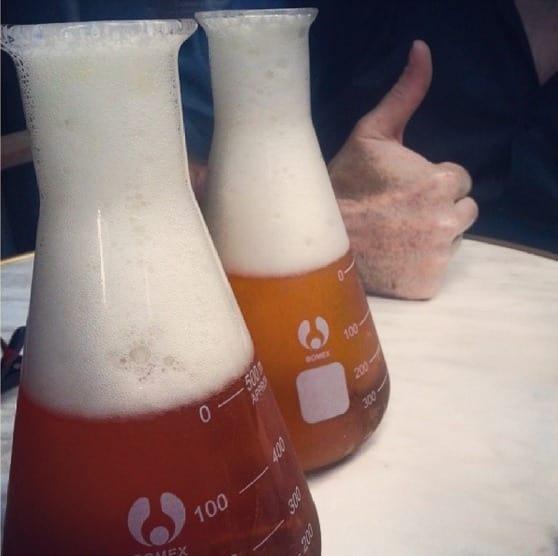 cerveza en vaso de precipitado