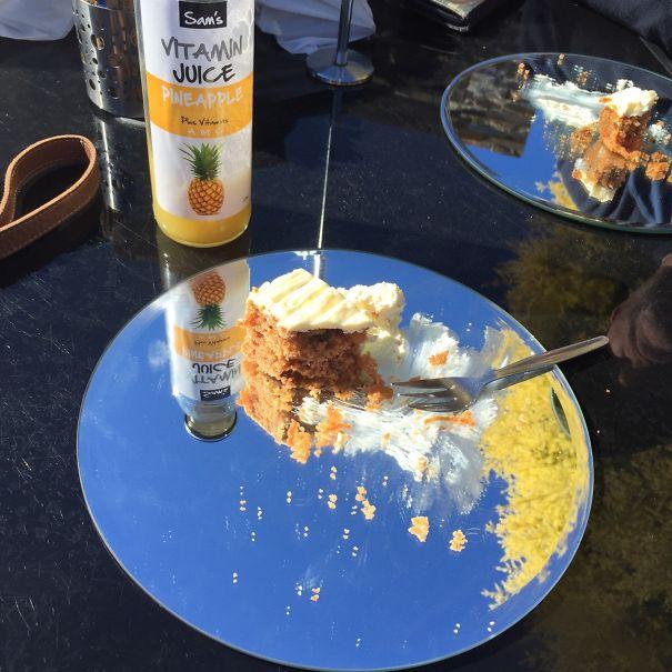 pastel servido en un espejo