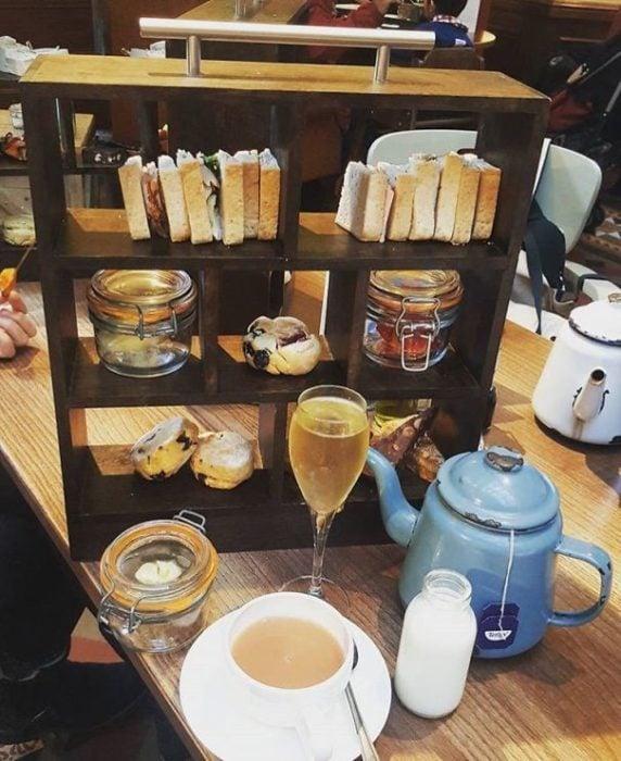cafetería sirve sandwiches como libros