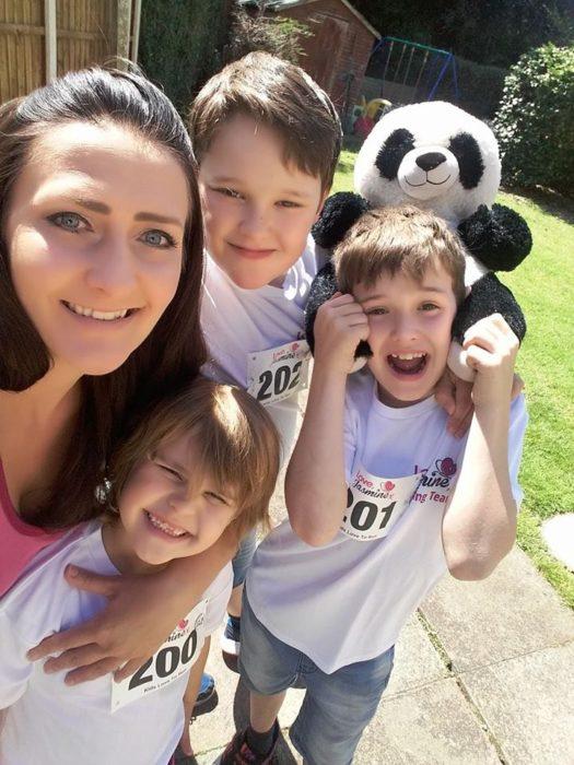 Familia tres niños y mamá y un panda