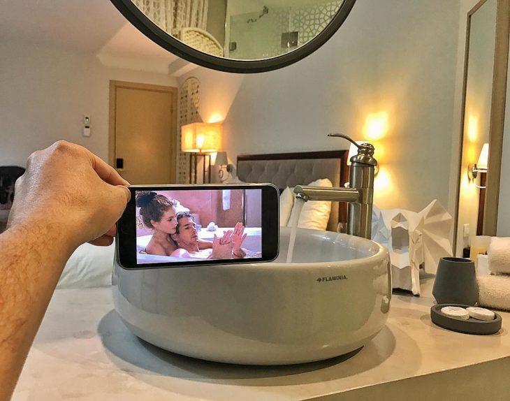 escena de mujer bonita en el lavabo