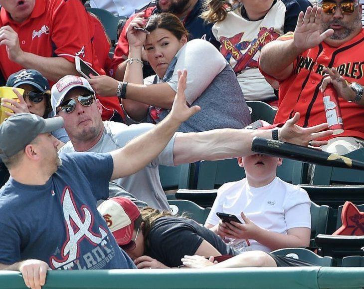 Papá salva a su hijo de ser golpeado con bat en la cara