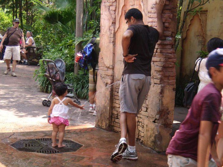 Foto parece que papá le orina a su hija en la mano