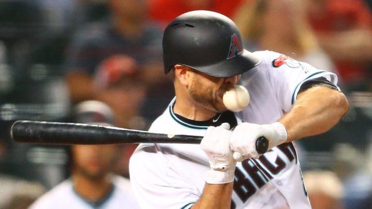 Beisbolista le pega la pelota en la boca