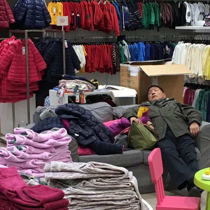 Hombre dormido en tienda de ropa de niños
