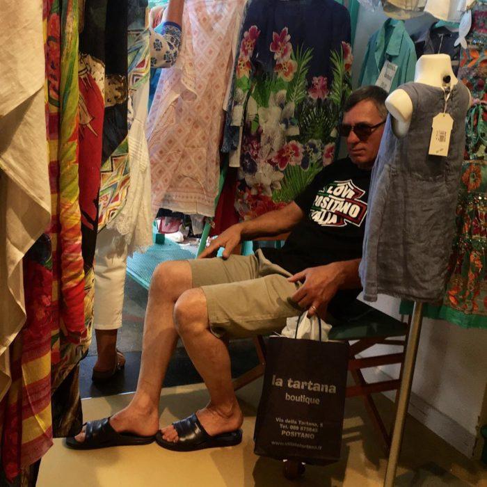 Hombre dormido en tienda de ropa de muejres