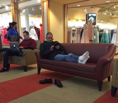 Hombre descalzo esperando a su esposa