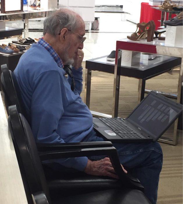 Hombre jugando solitario en tienda
