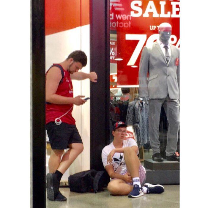 Dos hombres afuera de tienda