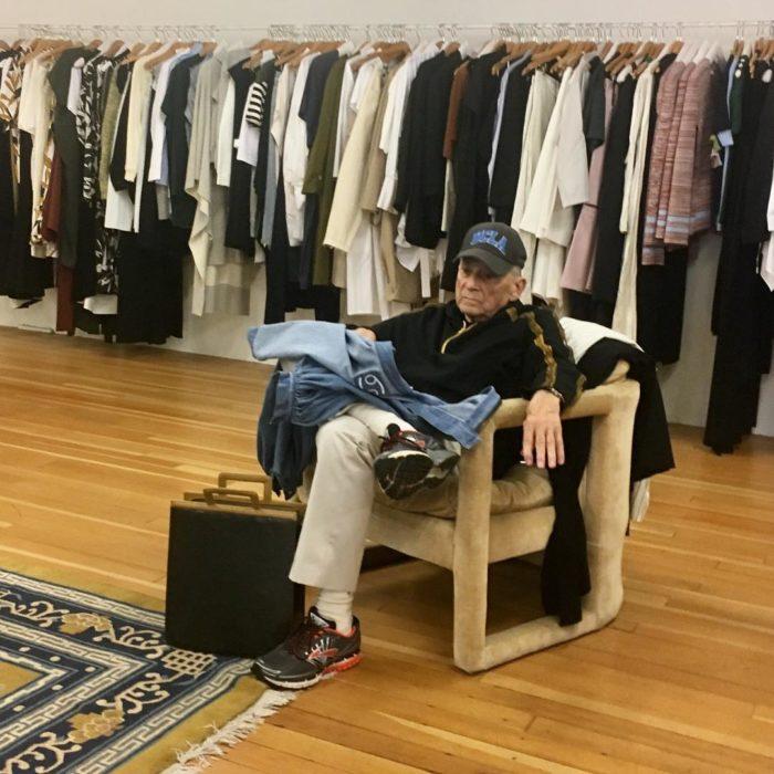 Hombre sentado en silla esperando