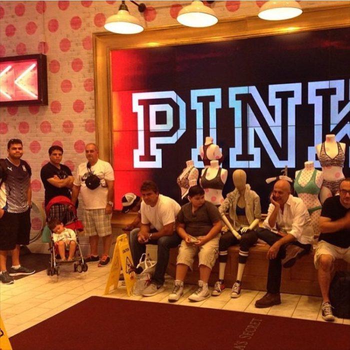 Hombres esperando en PINK