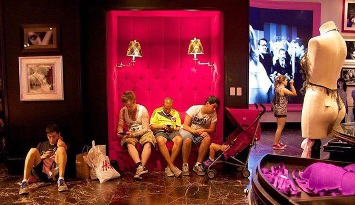 Hombres duermiendo en tienda de ropa interior femenina