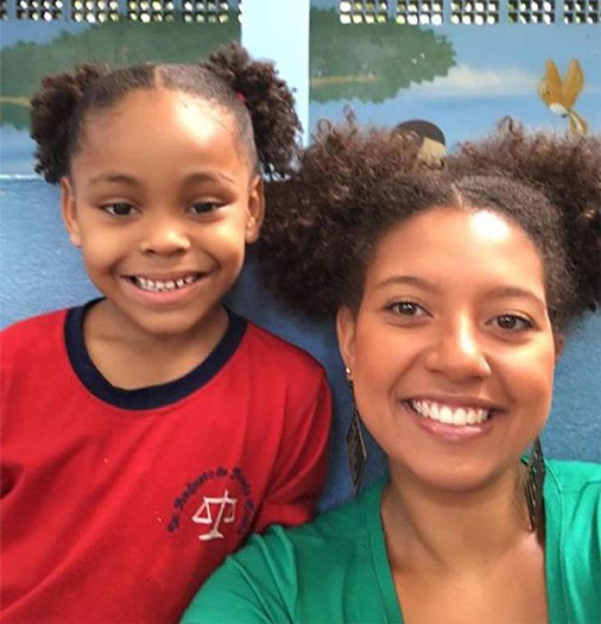 Maestra y alumna peinadas igual