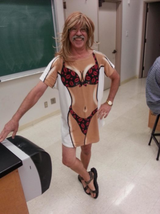 Maestro va a clases con playera sexy