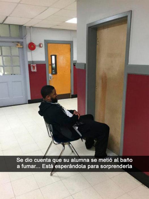Maestro espera a alumna afuera del baño
