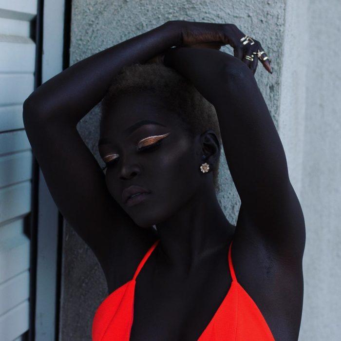 Hermosa modelo negra con vestido fluourescente