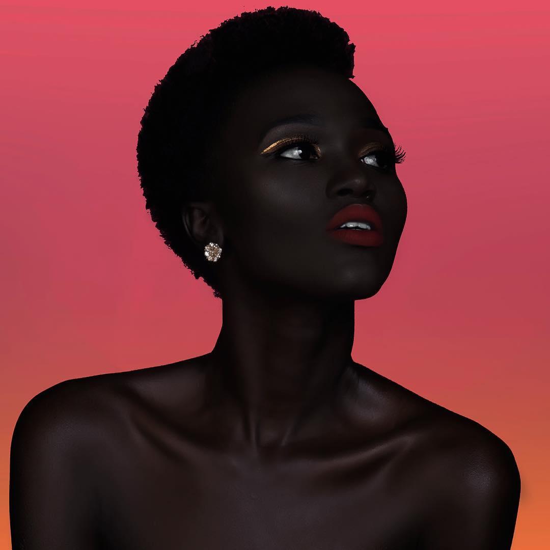 Hermosa modelo negra con fondo naranja