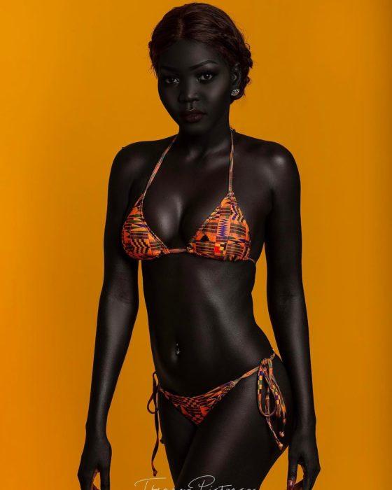 Hermosa modelo negra en bikini