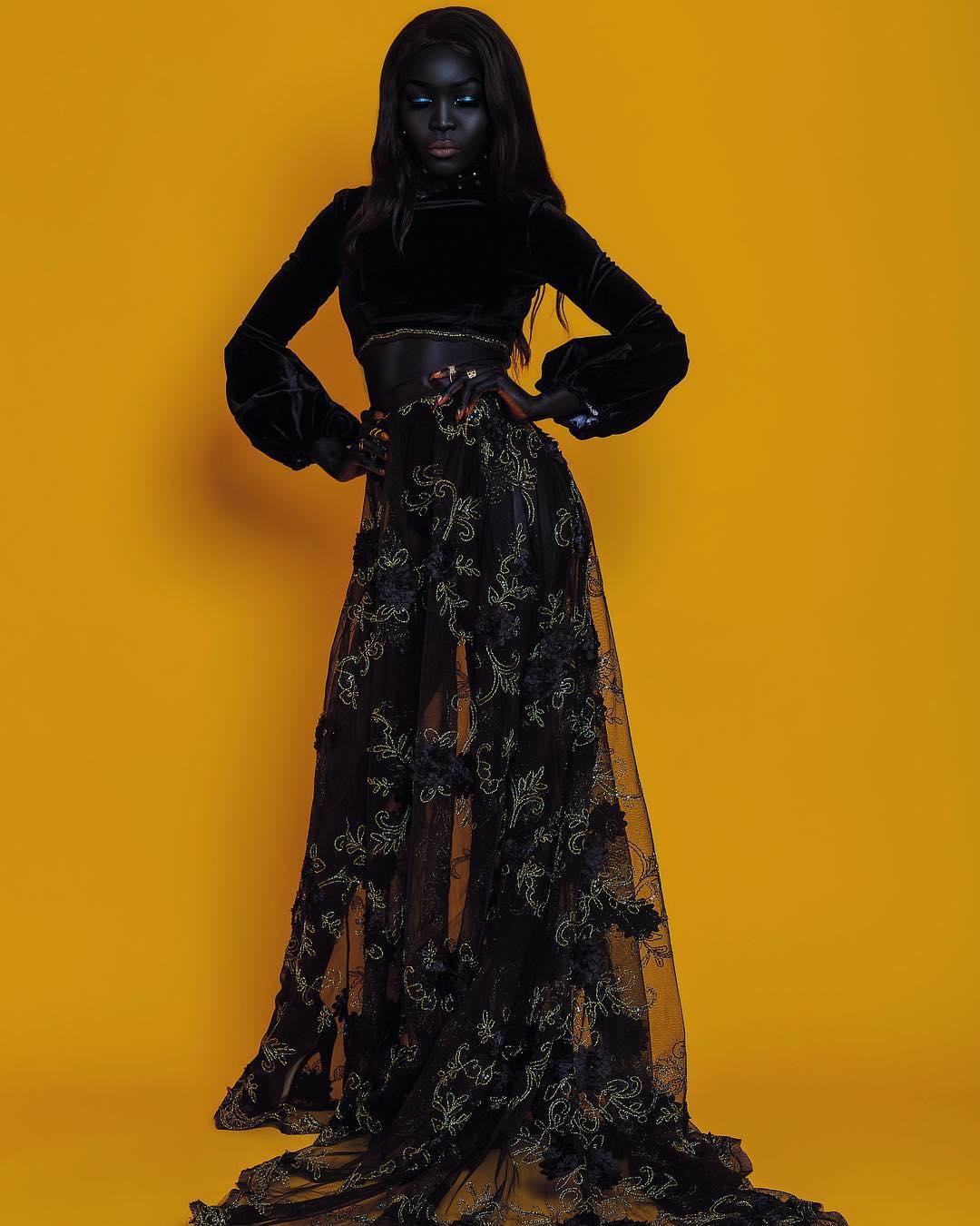 Hermosa modelo negra con fondo colorido