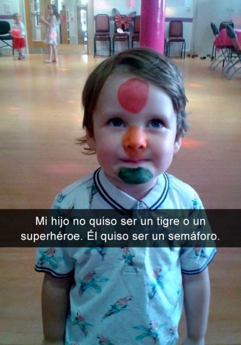 Niño pintado como semáforo