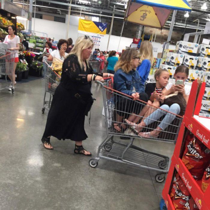Tres hijas adolescentes en carrito del super