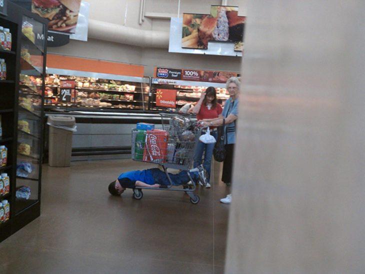 Niños en la carrito super arrastrando cabeza