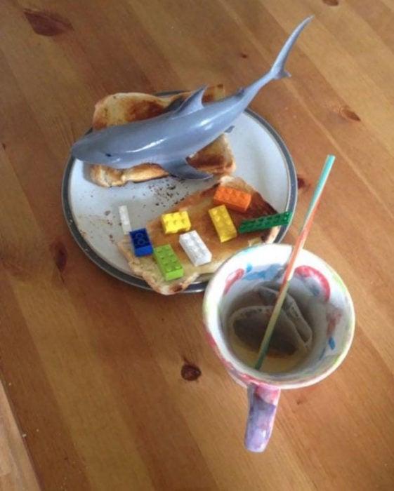 Desayuno con tiburón de plástico y legos