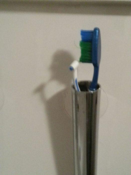 Cepillo dientes sombra hombre cepillándose