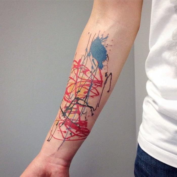 obras clasicas de Pollock en un colorido tatuaje