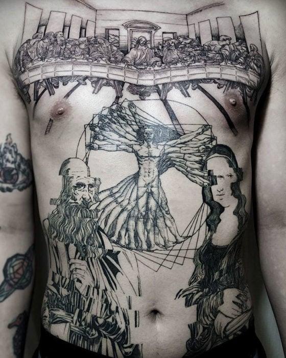 Varias de las clásicas obras de Da Vinci en un tatuaje