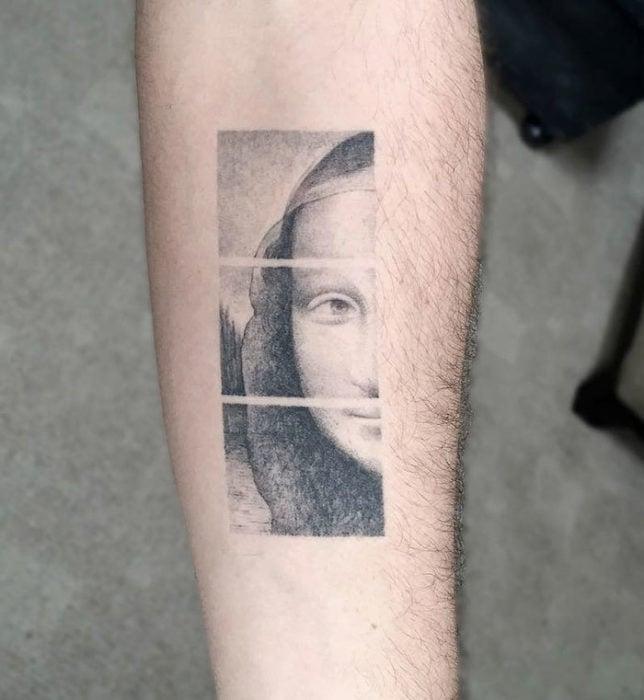 obra de la mona lisa en un tatuaje monocromatico
