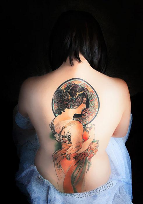 Obra de Mucha en un gran tatuaje a color