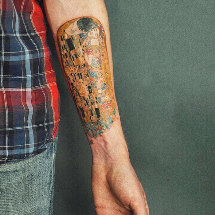 Obra de klimt hecho tatuaje en antebrazo
