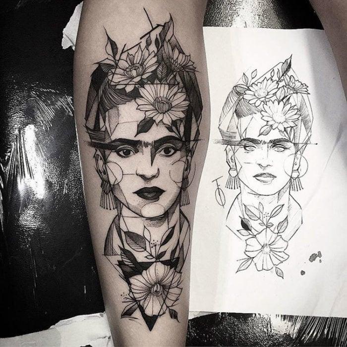 tatuaje hecho con un retrato de Frida Khalo