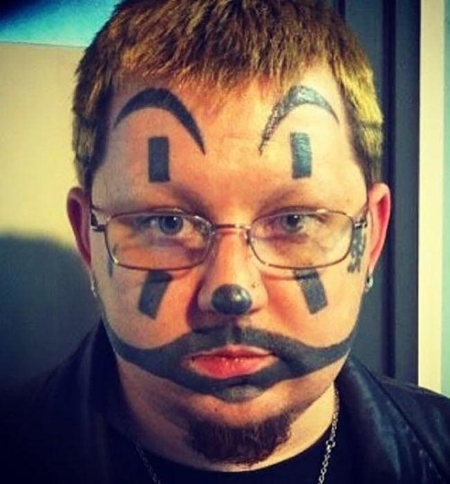tatuaje en forma de maquillaje de payaso