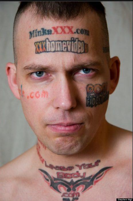 hombre con tatuajes de páginas porno