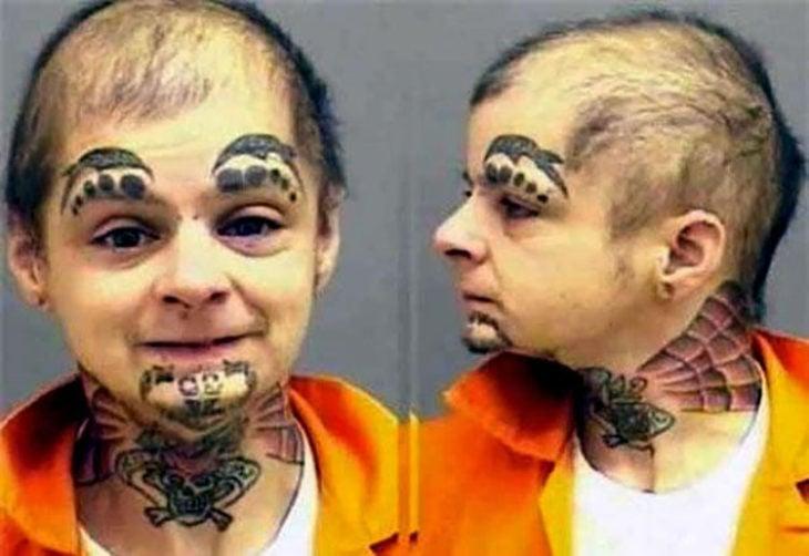 Hombre con tatuajes extraños en su cara